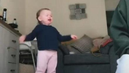 Мамина истерика быстро утешила девочку и заставила её рассмеяться