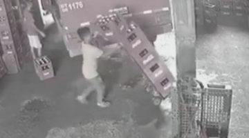 Спасая ящик с пивом, грузчик пожертвовал четырьмя другими ящиками