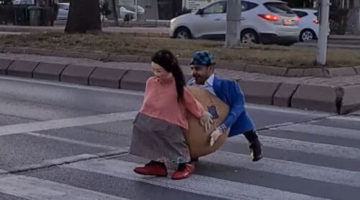 Чтобы перейти дорогу, пешеход облачился в смешной костюм