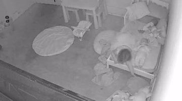 Злая потусторонняя сила утащила девочку под кровать