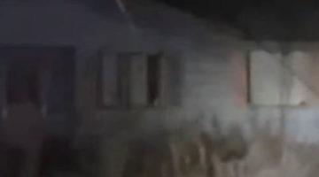 Призрачная фигура выглянула в окно заброшенного дома