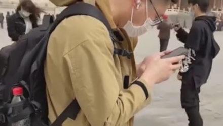 Турист не сумел отвлечься от работы даже во время экскурсии