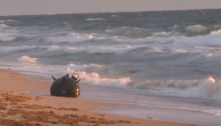 Патрулируя пляж, полицейский обнаружил морскую мину