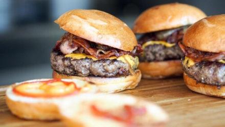 Полицейские, не получившие бесплатные гамбургеры, арестовали сотрудников ресторана