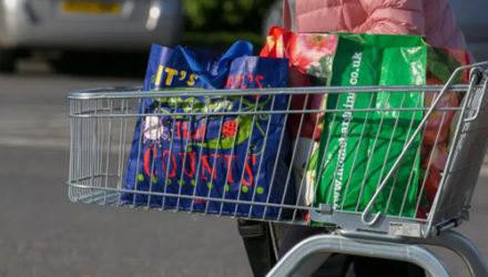 Покупатели спорят о том, как правильно упаковывать товары на кассе