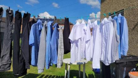 Хозяйка сушит одежду, экономя при этом место на верёвочке